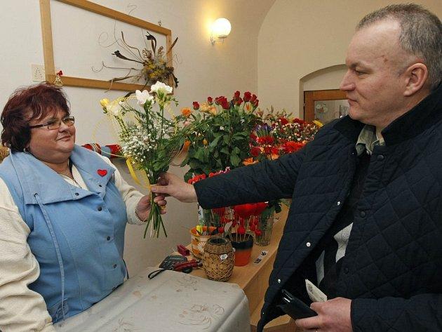 """Květina pro starostku. Valentýn se nevyhnul ani manželovi havlíčkobrodské starostky Zdeňku Fischerovi. Ten, podle svých slov, dává květiny častěji než jednou nebo dvakrát ročně. """"Dávám dárky rád a nemusí k tomu být žádná zvláštní příležitost."""""""