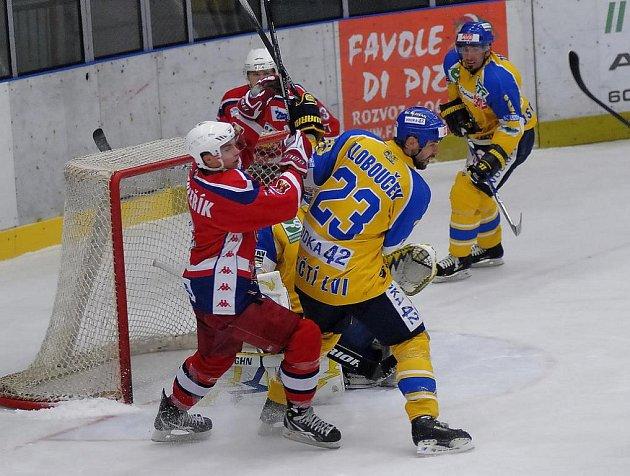 Obránce havlíčkobrodských Rebelů Petr Šenkeřík (vlevo) hrál proti Ústí naposledy, nyní ho čekají reprezentační povinnosti ve výběru do dvaceti let na světovém šampionátu.