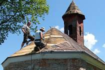 Již v červnu bude kaplička doslova jako vyměněná. V těchto dnech je na řadě střecha.