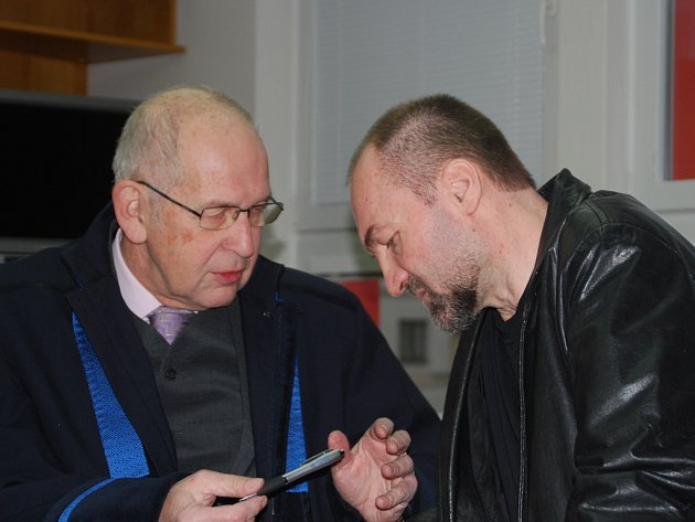 Erik Tvrdoň (vpravo) se u jednoho z dřívějších soudních přelíčení radí se svým obhájcem.