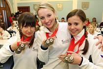 Juniorky Adéla Ježková, Lucie Adamová a Klára Šircová (zleva) přinesly včera na slavnostní přivítání Fanaticu na brodské radnici své trofeje – dvě zlaté medaile z mistrovství světa ve fitness a step aerobiku, které získaly na začátku prosince v Moskvě.