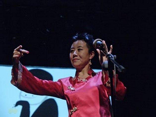 Čínský návrat. Zpěvačka Feng-yün Song vystoupí ve Žďáře nad Sázavou již podruhé. Tentokrát s kapelou Tri Puo.
