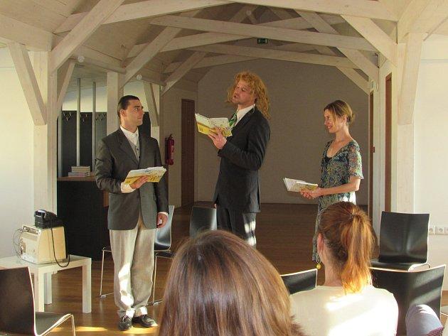 Herci Věra Hollá, Tomáš Drápela a Pavel Oubram v Brodě představili knihu  Jerzyho  Kosinskiho Byl jsem při tom.