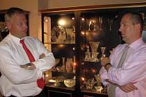 Lubor Červa (vlevo) a Jiří Hollan tráví teď ve Světlé nad Sázavou mnoho času. Krok za krokem vedou se svými dalšími spolupracovníky tamní sklárnu ke znovuobnovení výroby.