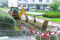 Stavební stroje se objevily na Smetanově náměstí, které má projít velkou rekonstrukcí. Na náměstí se pak vrátí částečně i doprava, a to prostřednictvím jednosměrné komunikace vedoucí podél pošty a zemědělské správy s vyústěním do Havlíčkovy ulice.