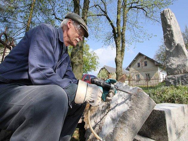Kamenosochař Petr Máša při práci v Modlíkově.
