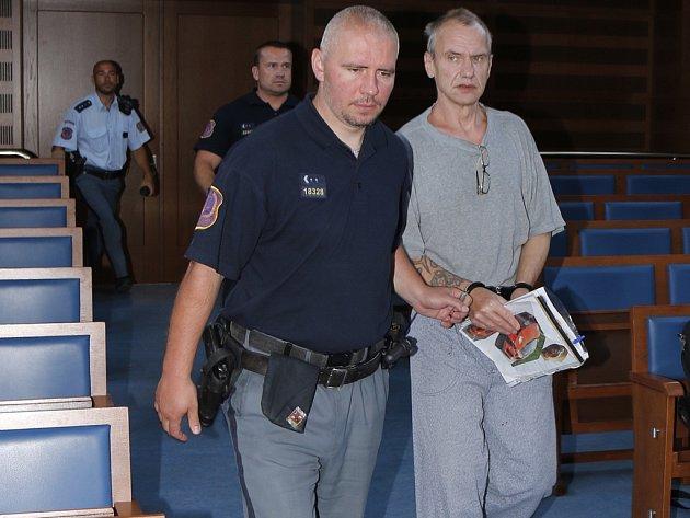 Obžalovaný Pavel Pekár přichází v doprovodu policejní eskorty k jednání soudu.