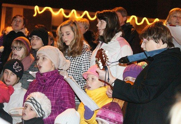 Kytičku známých českých koled si na světelském náměstí Trčků z Lípy zazpívají i děti ze souboru Škubánek.