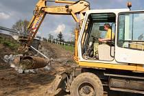 Už třetí týden pokračuje likvidace ekologicky závažné havárie tahače Volvo, jehož řidič 28. dubna na silnici u obce Oudoleň zlikvidoval 130 metrů ocelových svodidel a do protilehlého srázu převrhl cisternu horkého asfaltu.