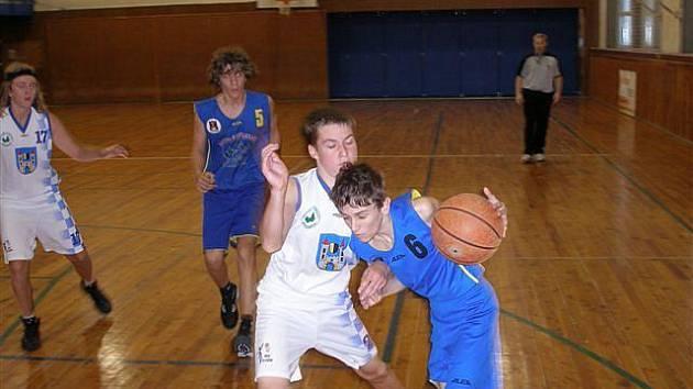 Brodští basketbalisté U16 (vpravo Pavel Koumar) dokázali v Jičíně zvrátit nepříznivý stav.