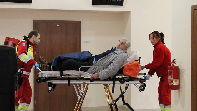 V péči zdravotníků. Františka Fialu ve středu od soudu odváželi zdravotníci.