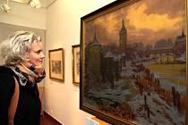 Mezi ukradenými obrazy byla i díla Jaroslava Panušky. Jeho obrazy mohli před necelými dvěma roky vidět také návštěvníci brodské Galerie výtvarného umění. Na snímku si návštěvnice výstavy prohlíží plátno Středověký Brod.