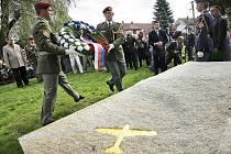 Nejúspěšnějšího českého stíhače druhé světové války, Karla Kuttelwaschera, připomíná pomník v jeho rodišti – Svatém Kříži u Havlíčkova Brodu. Slavnostně byl odhalen 23. září 2011.