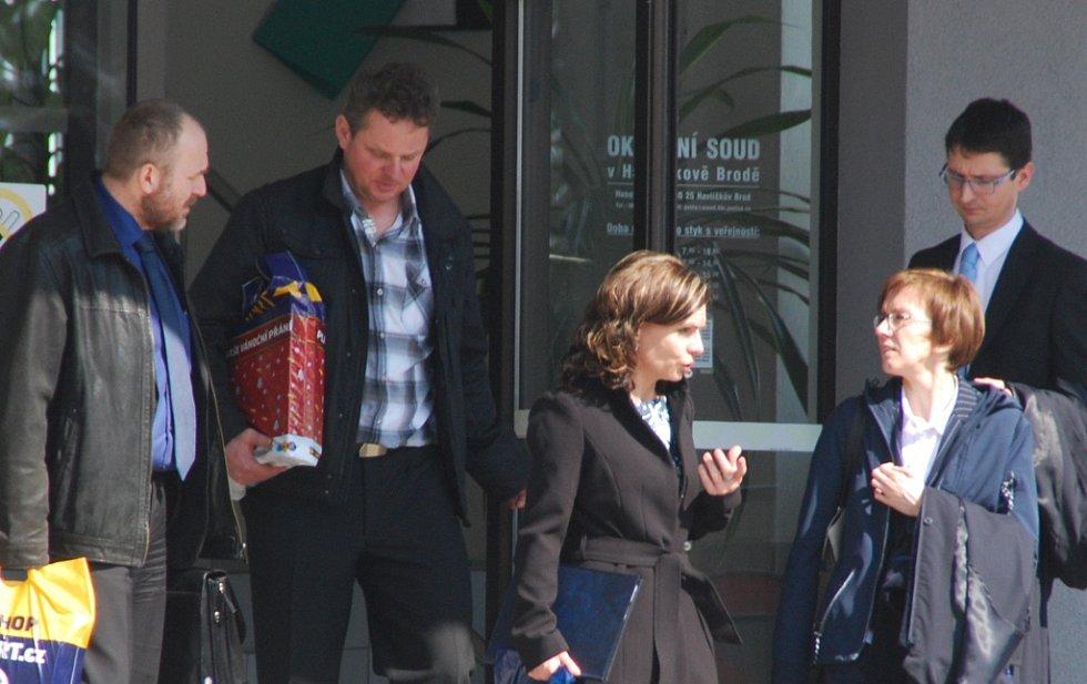 Otec a matka zesnulého syna (uprostřed) odcházejí od soudu se svými obhájci. Obžaloba manžele viní ze zanedbání revizí kotle a spalinových cest.