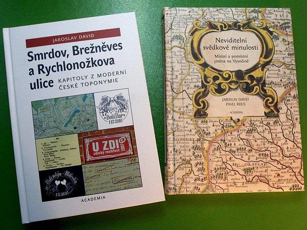 Jak a proč se měnila jména měst, vesnic a ulic - o tom poutavě píše havlíčkobrodský rodák Jaroslav David v knize na snímku vlevo; vpravo je jeho dřívější kniha, kterou napsal spolu s brodským muzejníkem Pavlem Rousem.