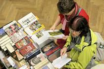 Rukama návštěvníků projde v průběhu veletrhu bezpočet knih. Ke slovu se ale dostanou i odborníci. Těm nejlepším publikacím udělí tradiční ceny.