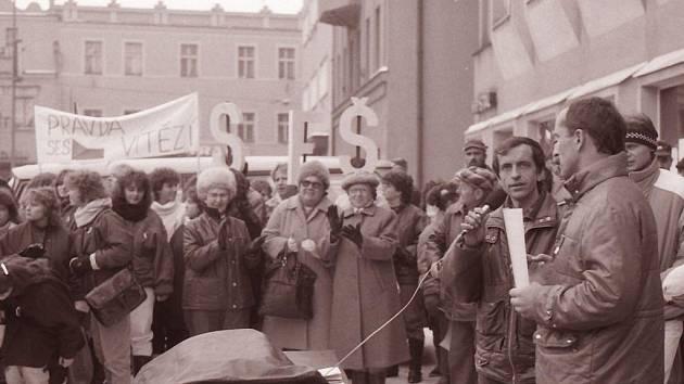 """Tomáš Holenda (s mikrofoenm), jako jeden z řečníků na generální stávce 27. listopadu 1989 na havlíčkobrodském náměstí. """"Byla to zima strávená na náměstí,"""" vzpomíná na události Sametové revoluce."""