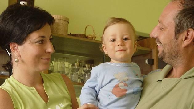 Zachráněn. Snědl kaši a skončil v nemocnici. Roční Štěpán Chovanec je vymodlené dítě. O to větší strach měla rodina z toho, co našla na dně dětské instantní kaše. Zapáchající hroudy ho málem stály život.