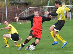 Chotěbořští fotbalisté (ve žlutém) museli o víkendu zkousnout porážku v Leštině, kde padli 3:1.