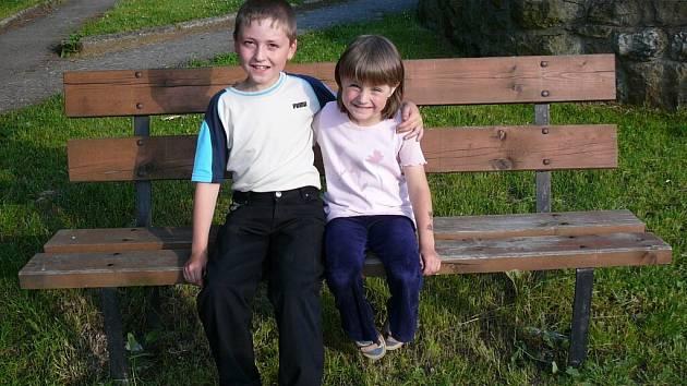 Devítiletý Tomášek se o svou pětiletou sestřičku dokáže postarat. Navíc si pamatoval, co se má dělat při povodni, a okamžitě si vzpomněl i na číslo hasičů.