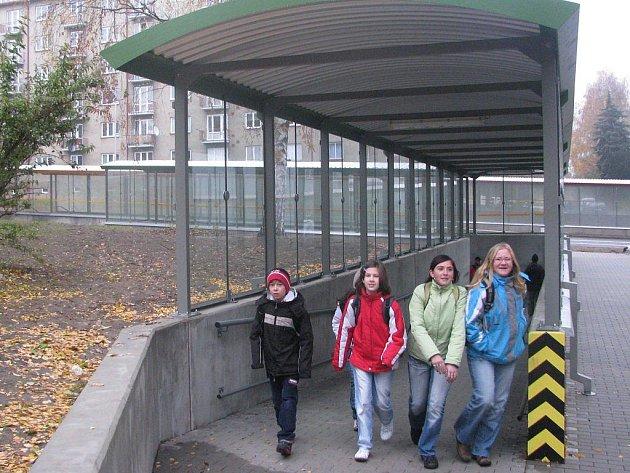 Novým podchodem projdou denně stovky lidí. Ráno a odpoledne ho ale nejčastěji využívají školáci. Především pak žáci z nedaleké základní školy ve Wolkerově ulici. Klidnější jsou i rodiče.