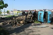 V pondělí před devátou ráno se na kruhovém objezdu ve směru na Pardubice převrátil tahač s nákladem klád.