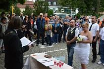 Do stavu manželského vstoupili před zraky desítek mopedistů Vlastimil Chlad a Michaela Novotná.