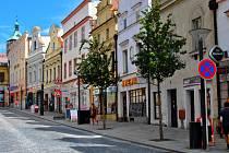 Východní strana havlíčkobrodské Dolní ulice, kde se i v roce 2014 nacházejí četné prodejny.