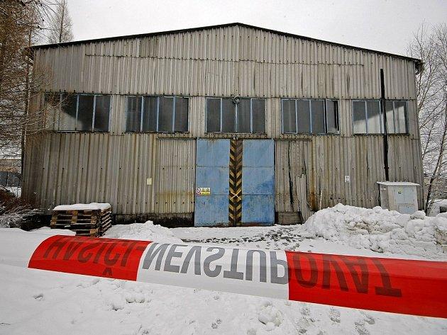 Dvě hodiny hledali hasiči místo, odkud do ovzduší unikl merkaptan.  Bylo to v někdejším areálu Motorpalu. Sklad firmy ORV Morava Otrokovice hasiči uzavřeli, hlídala ho také policie.