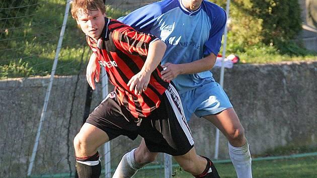 Boj o každý centimetr hřiště se dá očekávat v nedělním sousedském derby dvou rivalů Světlé a Ledče.