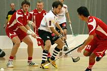Brodští florbalisté (v červeném s číslem 8 Lukáš Roztočil, s číslem 4 Petr Štefánek) poprvé v první lize vyhráli, odnesly to první Královské Vinohrady.