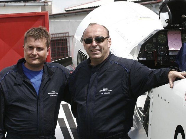 Jan Rozlivka (vlevo) přijal pozvání svého týmového kolegy a bronzového z ME, miláčka místního publika, Jana Adamce a předvedl se na leteckém dni v Počátkách.