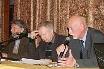 S lidmi o migrační krizi v Evropě diskutovali (zleva) politolog Zdeněk Zbořil, senátor a předseda SPO Jan Veleba a zkušený voják, generálmajor v záloze Hynek Blaško.