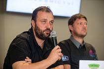 Šéf HB Ostrov Miroslav Jinek (s mikrofonem) a trenér Bohumil Vožický.