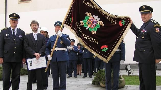 Vlajka hasičů z Vysočiny. V květnu se v Přibyslavi slavnostně představoval prapor hasičů kraje Vysočina. V místním zámku totiž sídlí unikátní hasičské muzeum, které je přirozeným centrem hasičů nejen z Vysočiny. Na Pyro Car jistě nebude vlajka chybět.