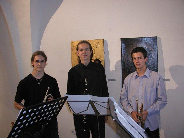 Na výstavě zahrálo dechové trio složené z žáků Základní umělecké školy Smetanovo náměstí.