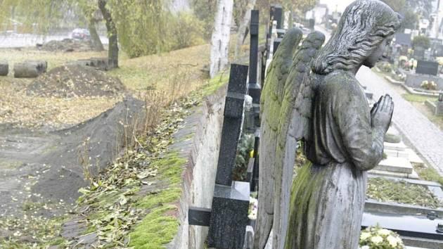 Hřbitov. Bystřický hřbitov se začal rozšiřovat na podzim 2005. Přestavbou získalo místo například 150 kolumbárií.
