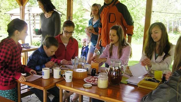 V neděli v altánku ve školní zahradě posnídalo asi dvacet žáků základní školy společně s učiteli.