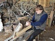 Výrobou štípaných šindelů se Jindřich Holub snaží, aby z našeho života nevymizelo jedno z tradičních historických řemesel, kterému se nejen na venkově dařilo.