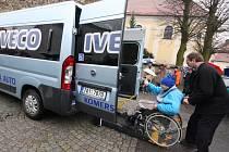 Občanské sdružení Trojka, které působí na Havlíčkobrodsku, se dočkalo největší pomoci od svého založení. Obdrželo nový automobil s mechanicky zdvižnou plošinou.