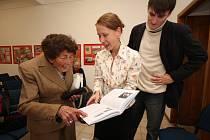 Mladí historici Alena Kašparová a Michal Kamp se v havlíčkobrodském Muzeu Vysočiny setkali s třiadevadesátiletou Annou Emlerovou, která do jejich knihy Židé na Havlíčkobrodsku přispěla dokumentem ze svého osobního archivu.