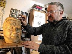 Radomír Dvořák, havlíčkobrodský sochař, má i v zimě plné ruce práce. Sochař také začíná svoji dlouhou pouť za obrovskou žulovou bustou Jaroslava Haška, k níž má zatím předlohu.