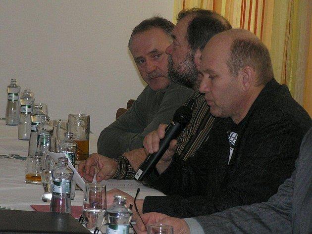 Průměrná sezona. Takový byl podle hospodáře Miroslava Krči (s mikrofonem) loňský rok pro členy přibyslavského rybářského spolku. Starosti přidělali i vandalové na Louži.