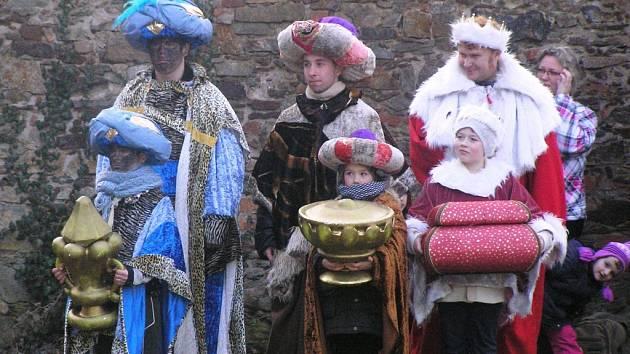 Tři králové žádali Heroda, popichovaného rohatým ďáblem, aby jim řekl, kde najdou právě narozeného mesiáše.  Pohled se už třináct let pyšní tradicí, kterou má málokterá obec.