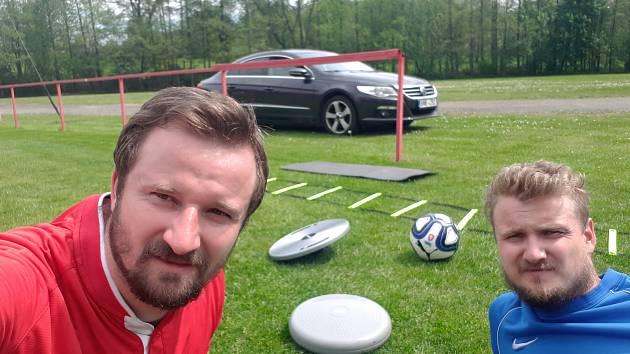 Tomáš Frejlach (vlvo) se svým bratrem při tréninku v Malešově.