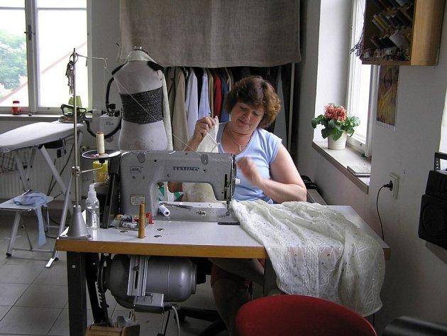 Práce mám zatím dost. Dámská krejčová Věra Vašíčková si nestěžuje. Ale tradiční řemeslo pomalu skomírá a šaty na zakázku vytlačuje levná stánková konfekce.