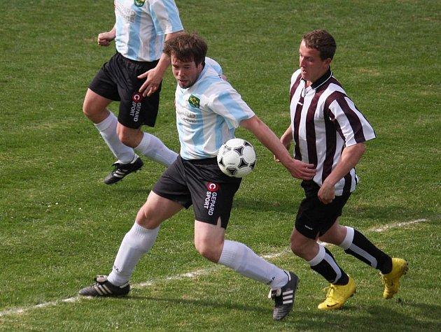 Tři body ztrácí fotbalisté Mírovky (vpravo) na vedoucí dvanáctibodovou trojici.