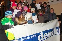 Na světelském náměstí si vloni koledy s chutí zazpívaly desítky lidí. Se zpěvem jim pomohly děti z folklorního a pěveckého souboru Škubánek.