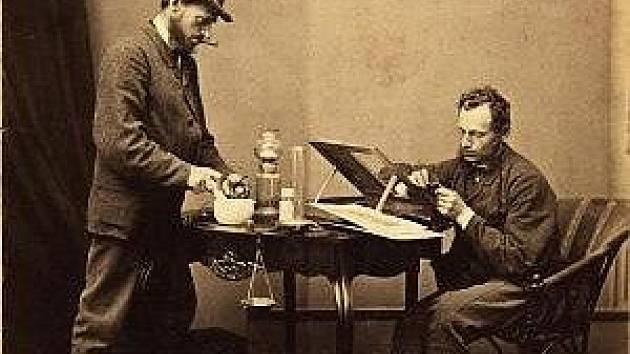 Raným českým fotografem byl Ignác Šechtl, také známý jako Schächtl (1840-1911). Z jeho průkopnické tvorby reprodukujeme dvojitý autoportrét, který Šechtla zachycuje jako laboranta a retušéra. Fotomontáž z roku 1870 byla docela unikátní.