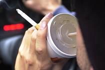 """Obecný zákaz jezení, pití – nealkoholických nápojů – a kouření zákon řidičům neukládá... Každý řidič je """"jen"""" povinen věnovat se plně řízení vozidla. Ilustrační foto."""